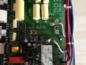 Carte électronique ou l'on démonte les branchements
