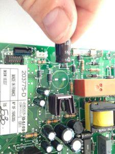 Carte composant avec un condensateur désoudé